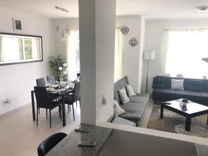 A seating area at Habitalia Apartment