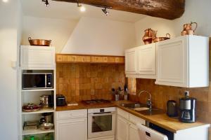 Cuisine ou kitchenette dans l'établissement Gîte du haut Chêne au coeur du vignoble du Beaujolais