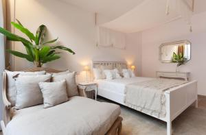A bed or beds in a room at Villa Rainbow Home Mallorca