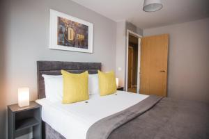 A bed or beds in a room at Dream Apartments Belfast