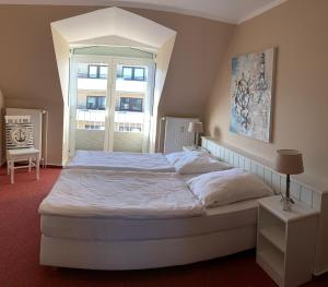 A bed or beds in a room at Sylt Apartments Friedrichstrasse
