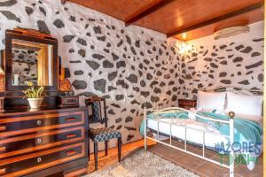 A bed or beds in a room at Casa da Serreta 15
