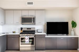 A kitchen or kitchenette at Stay Alfred on Kettner Boulevard