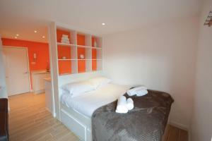Ein Bett oder Betten in einem Zimmer der Unterkunft Modern Studio Flat In Clifton