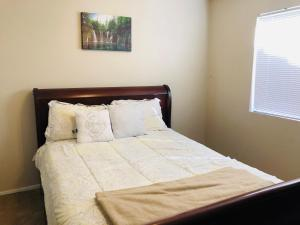 A bed or beds in a room at Welcome To The Beautiful City