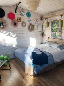 A bed or beds in a room at Les cabanes de Vallis Clausa