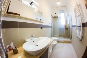 A bathroom at Imperial Apartments Milano - Suite Garibaldi