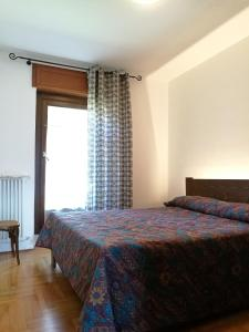 A bed or beds in a room at Appartamenti Les Angelins
