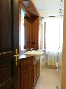 A bathroom at Appartamenti Les Angelins