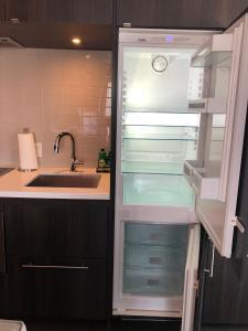 A kitchen or kitchenette at Jet Furnished Suites Yorkville