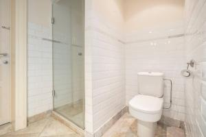 A bathroom at Saint Pauls Suite 9