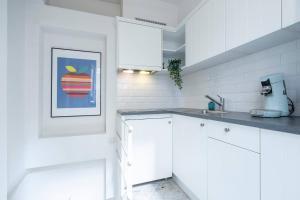 A kitchen or kitchenette at Saint Pauls Suite 9