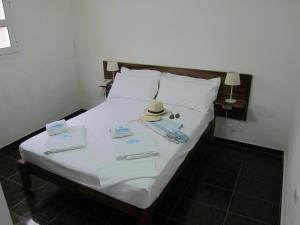 A bed or beds in a room at maramar