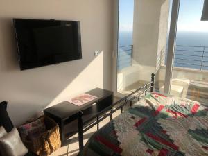 A television and/or entertainment center at Apartamento 162 Reñaca Mar Vista