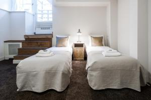 A bed or beds in a room at Jordaan Noordermarkt Apartments