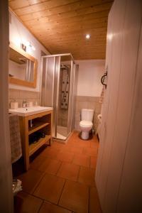 A bathroom at Zahr Albarracín