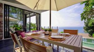A restaurant or other place to eat at Pahili Pool Villas Koh Tao