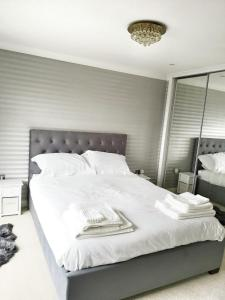 A bed or beds in a room at SOUTHAMPTON, OCEAN VILLAGE PENTHOUSE APARTMENT