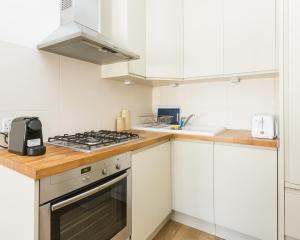 A kitchen or kitchenette at Majestic London Apartment Kensington Olympia 1