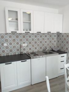 A kitchen or kitchenette at Apartments Villa Antony