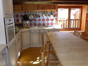 A kitchen or kitchenette at Apartment Haut-Verdon logis