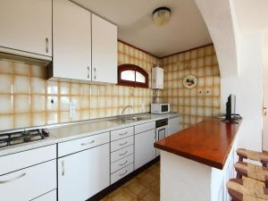 A kitchen or kitchenette at Holiday Home Peces 3