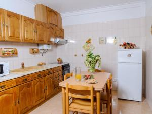 A kitchen or kitchenette at Apartment Duplex Loureiro