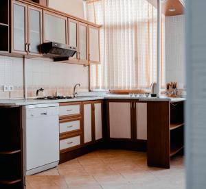 Кухня или мини-кухня в Central Flower Apartment