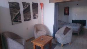 A seating area at Le gite au tilleul