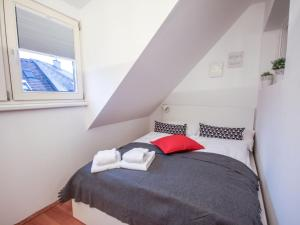 A bed or beds in a room at Apartment Schöpfstrasse 6B.1