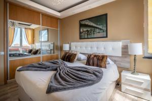 A bed or beds in a room at America Apartment by HR Madeira