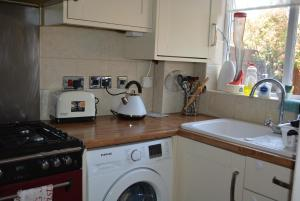 A kitchen or kitchenette at 10 Pendragon Walk