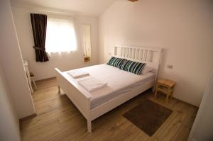 A bed or beds in a room at Mama Residence