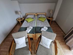 Łóżko lub łóżka w pokoju w obiekcie Kwiatowe Zacisze