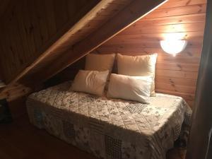 Un ou plusieurs lits dans un hébergement de l'établissement Chalet proche de Conques
