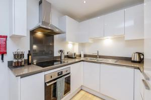 A kitchen or kitchenette at Greenwich London Meridian