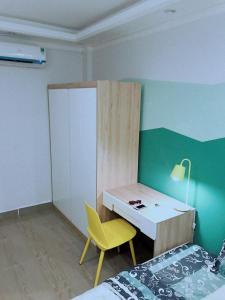 Televizorius ir (arba) pramogų centras apgyvendinimo įstaigoje Hidden house in center of Sai Gon