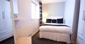A bed or beds in a room at Ellis Quay Apartments