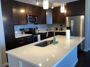 A kitchen or kitchenette at Kensho Homes at Arrive University City