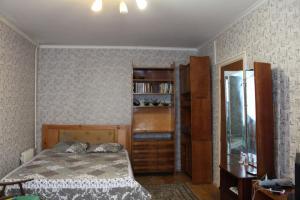 A bed or beds in a room at kvartira u metro Krylatskoe