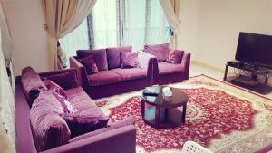 A seating area at Naser Apartment