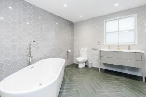 A bathroom at Mayfair 2 bedroom apartment with roof terrace