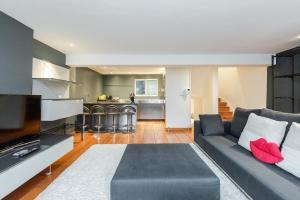 A kitchen or kitchenette at Mayfair 2 bedroom apartment with roof terrace