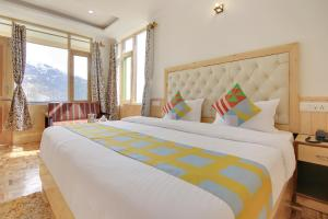 A bed or beds in a room at OYO Home 37778 Luxurious Studio Stay Kothi