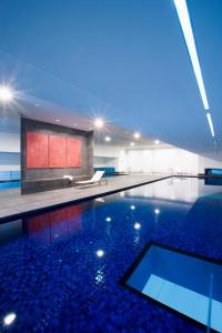The swimming pool at or close to Fraser Suites Sydney