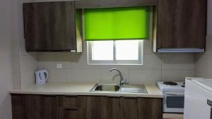 Η κουζίνα ή μικρή κουζίνα στο Marina Rooms