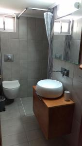 Ένα μπάνιο στο Marina Rooms