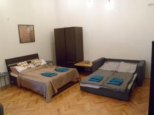 A bed or beds in a room at Centrál Apartman
