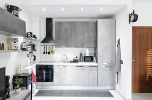 A kitchen or kitchenette at Appartamento moderno San Siro