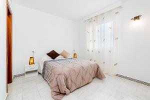 A bed or beds in a room at Apartamento Torrevieja Sunrise Atalayas